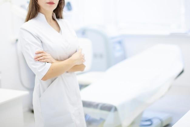 Dermatolog w gabinecie lekarz stoi w gabinecie medycznym przychodni zdrowia dla urody plastiku