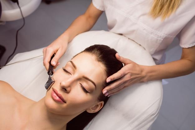 Dermatolog wykonujący laserowe usuwanie włosów u pacjenta
