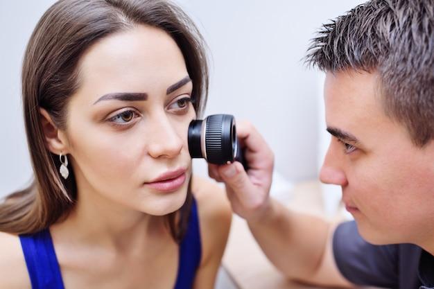 Dermatoskopia - metoda badań i diagnozowania guzów skóry - znamion, znamion, znamion, brodawek, trądziku za pomocą specjalnego urządzenia optycznego dermatoskop.