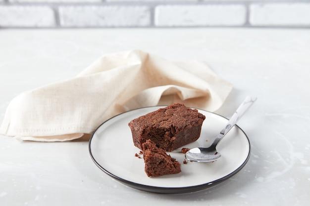 Deser czekoladowy brownie na talerzu z koncepcją cukierni z serwetką
