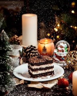 Deser czekoladowy z warstwami śmietanki i wiśniami na wierzchu