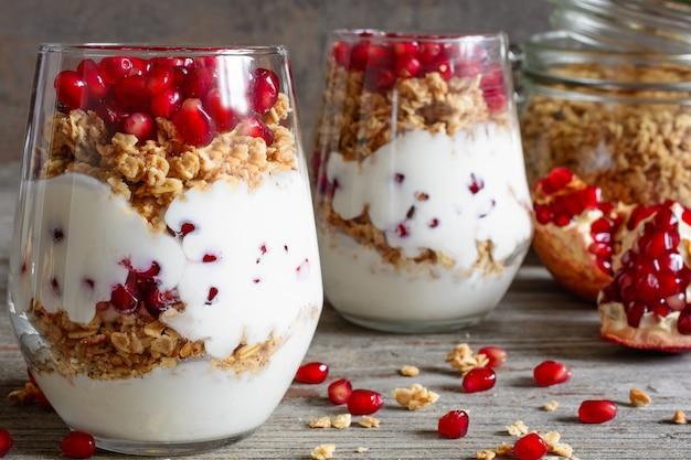 Deser dietetyczny z jogurtem, muesli i owocami granatu
