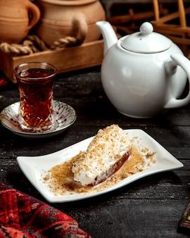 Deser i czarna herbata w szkle armudu