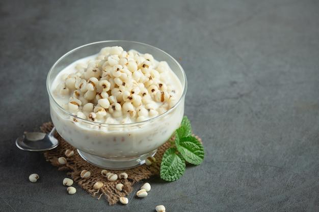 Deser jaglany z mlekiem kokosowym w szklanej misce