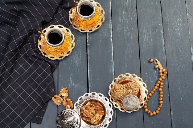 Deser kulki orzechowe podawane z kawą na ciemnym drewnianym stole, widok z góry