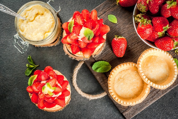 Deser letni i wiosenny. domowe tartaletki z kremem i truskawkami