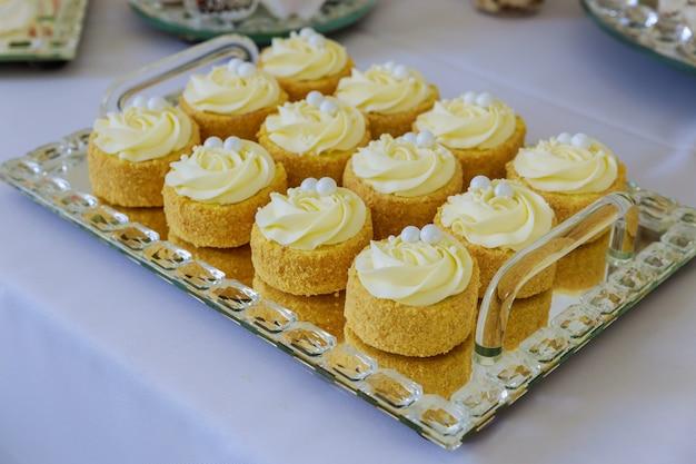 Deser na stół imprezowy w restauracji. słodycze cateringowe.