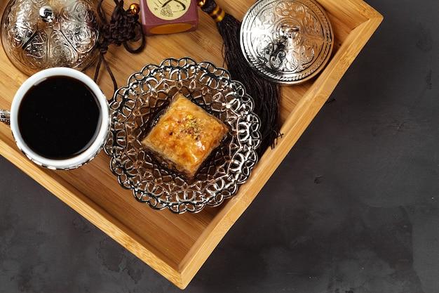 Deser narodowy tureckiej baklawy podawany z herbatą