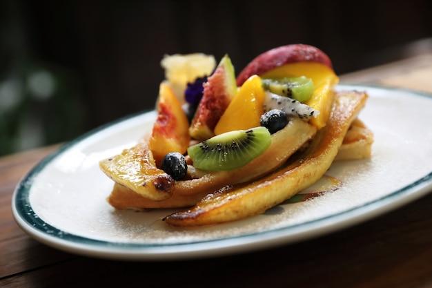 Deser pieczony wafel z owocami kiwo winogrono jagodowe i lody waniliowe w stylu vintage