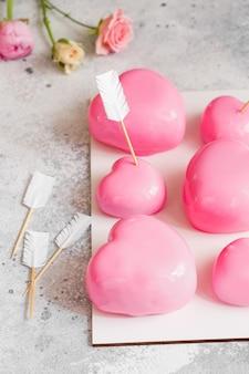 Deser pink mousse w kształcie serc. ciasto musowe na walentynki