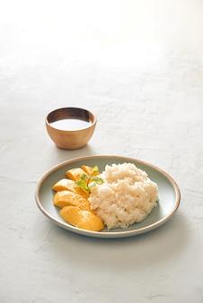 Deser tropikalny w stylu tajskim, kleisty ryż jeść z mango