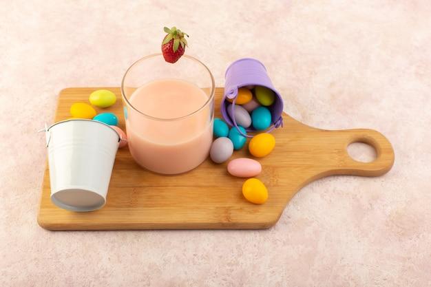 Deser truskawkowy z widokiem z góry z kolorowymi cukierkami