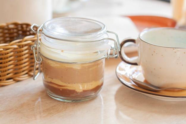 Deser trzy czekoladki w słoiku i kubek na stole w restauracji