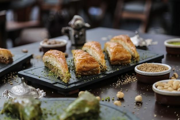 Deser w stylu tureckim havudj dilimi orzechy włoskie pistacje ciasto syrop widok z boku