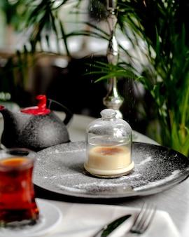Deser w szklanym kubku podawany z herbatą