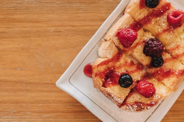 Deser Z Chleba Tostowego Z Wiśnią I Jagodami Premium Zdjęcia