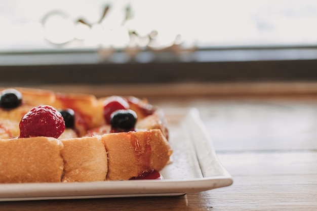 Deser z chleba tostowego z wiśniami i jagodami