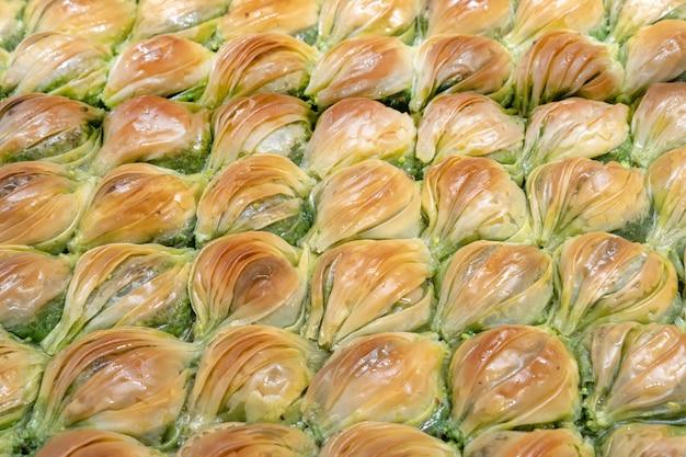 Deser z ciasta baklava. tradycyjny turecki deser... widok z góry.