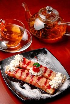 Deser z herbacianymi naleśnikami z wiśniami i śmietaną
