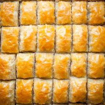 Deser z tureckiej baklawy wykonany z cienkiego ciasta, orzechów i miodu