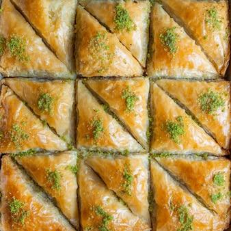 Deser z tureckiej baklawy z cienkiego ciasta, orzechów i miodu
