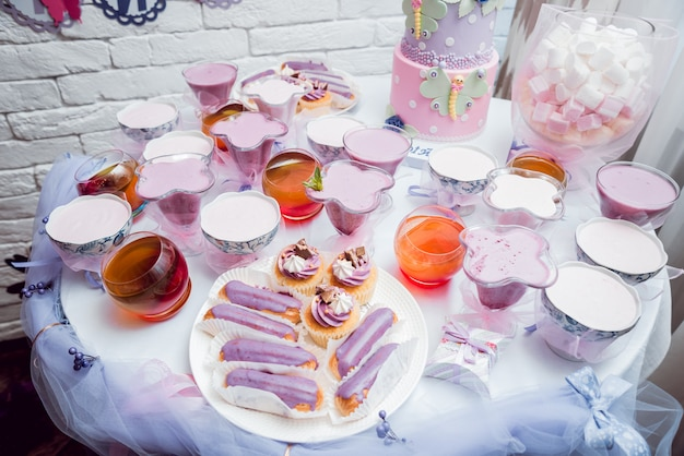 Deser ze śmietaną na dużym stole