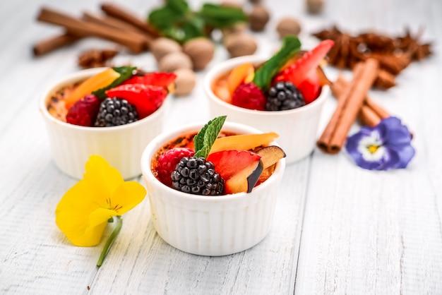Deser ze świeżymi owocami na drewnie.