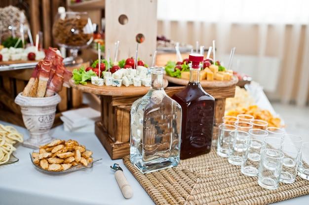 Deserowy stół z pysznymi przekąskami na weselu.