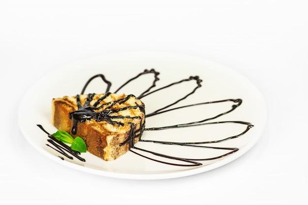 Deserowy tiramisu z czekoladą na białym tle