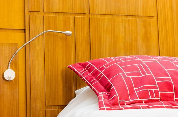 Designerska czerwona poduszka w nowoczesnej sypialni