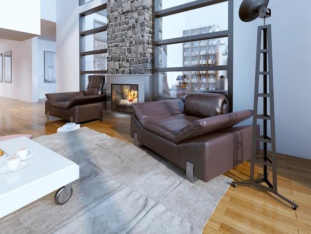 Designerski salon na poddaszu ze skórzanym fotelem i kominkiem.