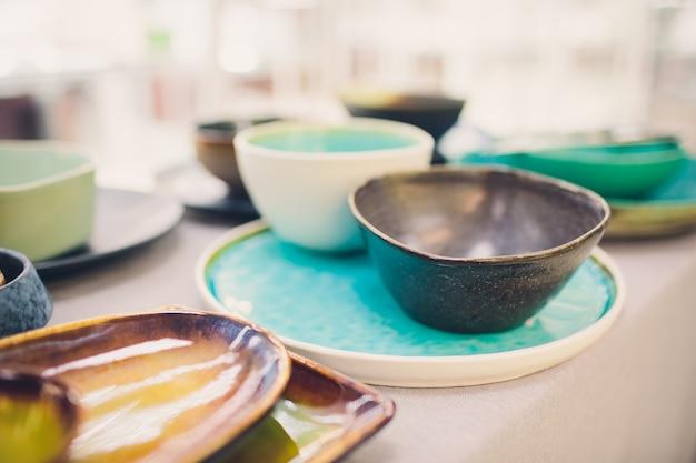 Designerskie ręcznie wykonane naczynia, talerze i kubki w stylowym butiku.