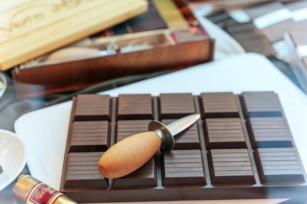 Deska do krojenia czekolady z nożem na deski do krojenia