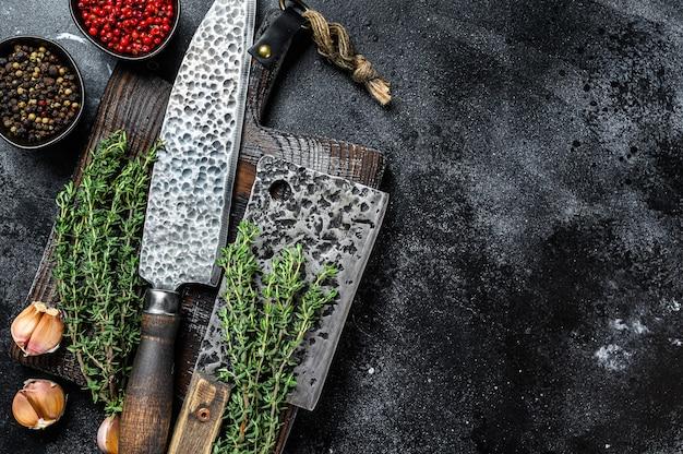 Deska do krojenia i tasak do mięsa z nożem.