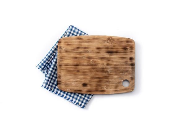 Deska do krojenia makieta i niebieski obrus na drewnianym stole