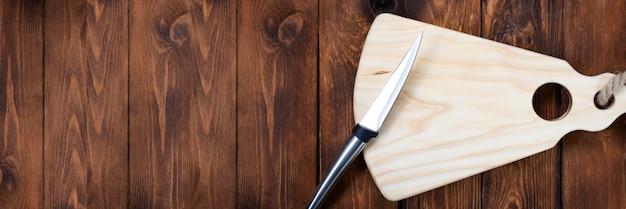 Deska do krojenia na drewnianym stole deska do krojenia ręcznie robiona