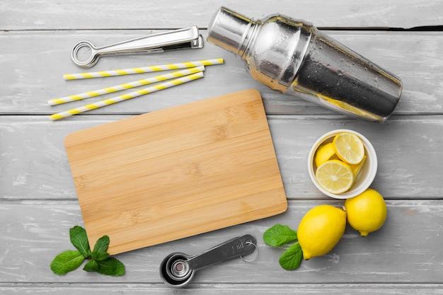 Deska do krojenia z cytrynami i miętą