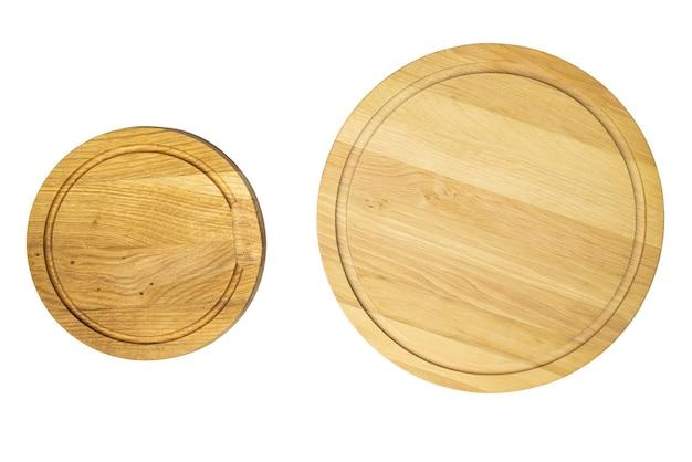 Deska do krojenia z drewnianą tacą na białym tle makiety