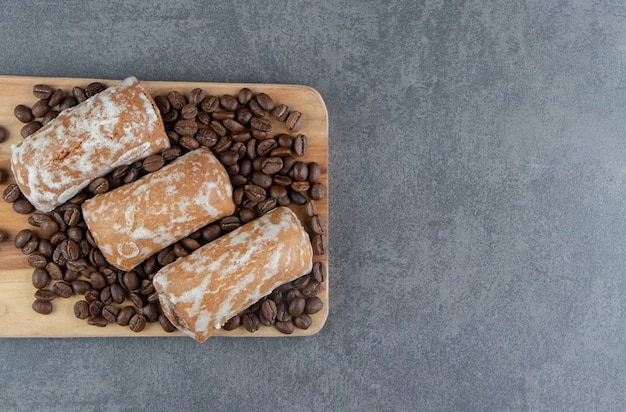 Deska drewniana ze słodkim piernikiem i ziarnami kawy