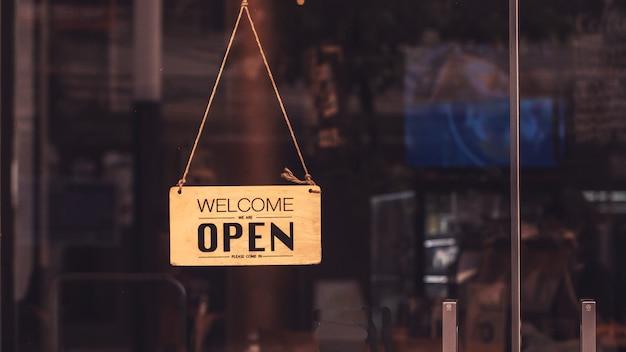 Deska drewniany znak wisi na drzwiach kawiarni restauracji