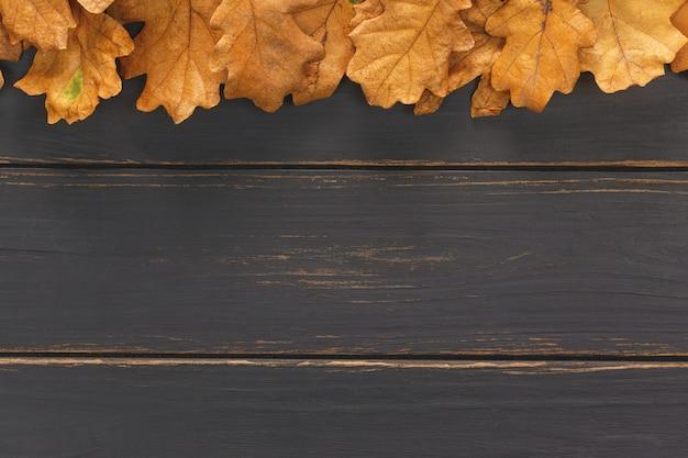 Deska jesień liście na czarnym drewnianym stole
