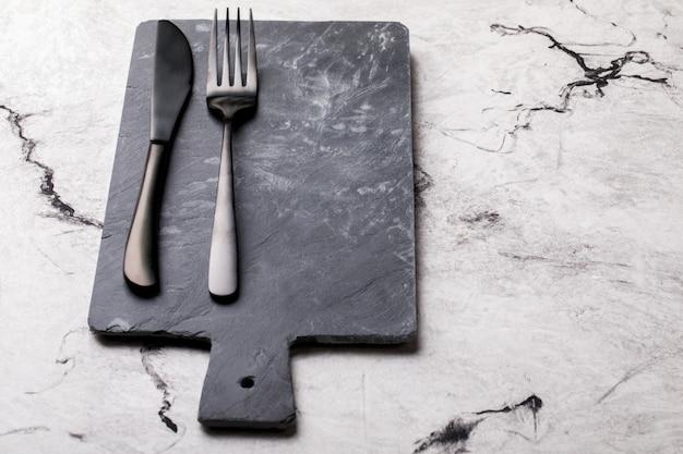 Deska łupkowa czarna do karmienia widelca i noża.