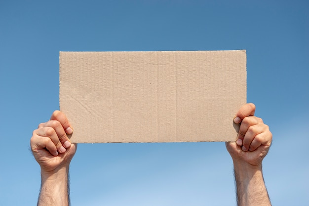 Deska protestująca z makietą