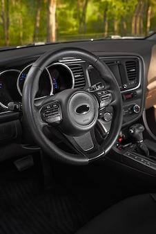 Deska rozdzielcza i kierownica samochodu, nowoczesny design wnętrza samochodu