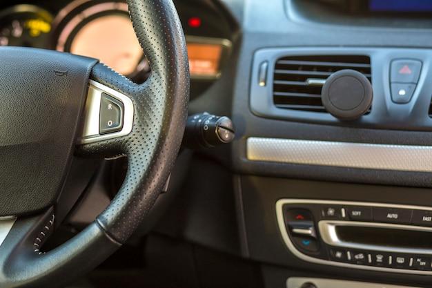 Deska rozdzielcza i kierownica samochodu