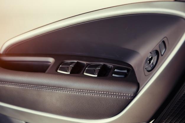Deska rozdzielcza i kierownica w nowoczesnym samochodzie.