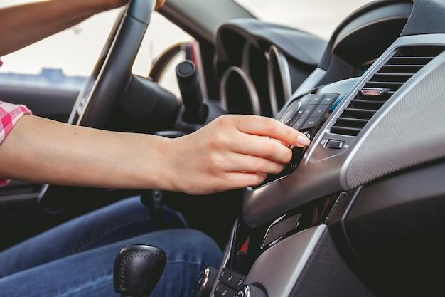 Deska rozdzielcza samochodu. radio zbliżenie