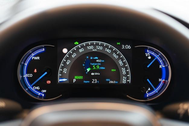 Deska rozdzielcza samochodu z licznikiem prędkościomierza obrotomierza