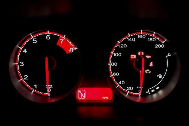 Deska rozdzielcza w szczegółach przebiegu samochodu