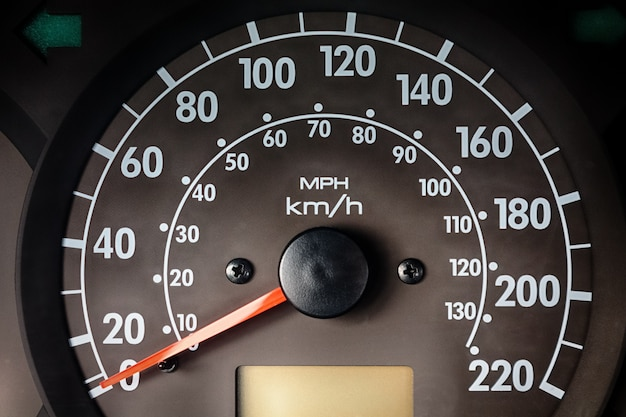 Deska rozdzielcza z prędkościomierzem instrumentów w samochodzie